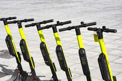 在边路停放的少量电滑行车 免版税库存照片