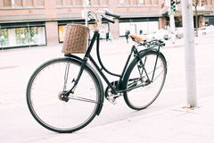 在边路停放的黑自行车 库存图片