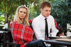 在边路咖啡馆的年轻夫妇 库存照片