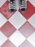 在边路地板上的运动鞋 免版税图库摄影