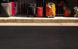 在边路的旅行袋子 免版税库存照片