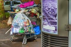 在边路的无家可归的购物车在波特兰,俄勒冈 免版税库存照片