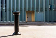 在边路的烟灰缸在停车处大厦附近 免版税图库摄影