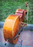 在边路的老低音提琴 库存图片