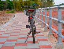 在边路的自行车 库存图片