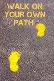 在边路的黄色脚步往步行独自地道路消息 库存照片
