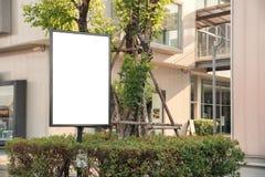 在边路餐馆做广告的空白的室外白板 免版税库存照片