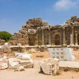 在边,土耳其的老废墟 免版税图库摄影