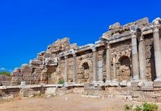 在边,土耳其的老废墟 免版税库存照片