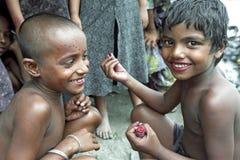 在达卡孟加拉国编组演奏女孩画象  免版税库存照片