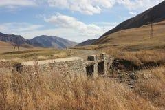 在达吉斯坦山的老桥梁 免版税库存图片