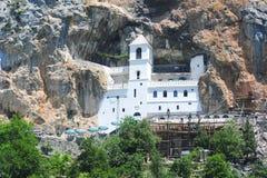 在达尼洛夫格勒附近的Ostrog修道院 库存照片