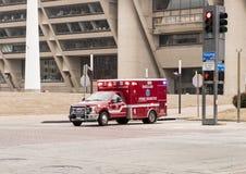 在达拉斯城霍尔前面的救护车有美国人、达拉斯旗子得克萨斯和城市的 免版税库存照片