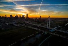 在达拉斯得克萨斯剧烈的日出玛格丽特狩猎小山桥梁和团聚塔的天线 免版税库存照片