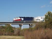 在达拉斯& Ft之间的市郊火车 财产 免版税图库摄影