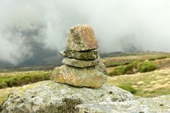 在迁徙的山行迹的被堆积的石头 库存照片