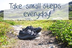 在迁徙的道路的鞋子,采取每天小的步骤 图库摄影