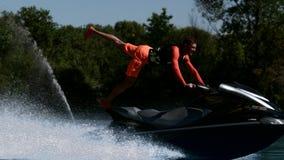 在迅速喷气机滑雪的运动员骑马 在jetski的极端车手训练特技 影视素材