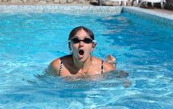 在过来的水池的妇女游泳为空气喘气 免版税库存图片