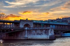 在过Birhakeim桥梁的地铁的日落 免版税库存照片