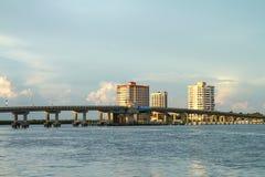 在迈尔斯堡海滩,佛罗里达,美国的大卡洛斯通行证桥梁 免版税图库摄影