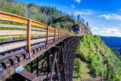 在迈拉峡谷的历史的叉架桥在基隆拿,加拿大 免版税库存照片