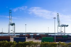 在迈阿密、造船厂、货物起重机和容器的工业口岸 库存图片