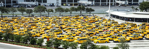 在迈阿密国际机场的计程汽车车站 图库摄影