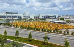在迈阿密国际机场的计程汽车车站 库存图片