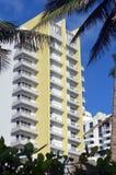 在迈阿密海滩的现代公寓房塔 免版税库存照片