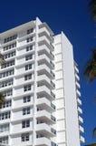 在迈阿密海滩的现代公寓房塔 免版税库存图片
