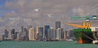 在迈阿密,佛罗里达港的货柜船  街市迈阿密地平线 免版税图库摄影