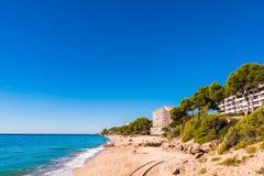 在迈阿密Platja,塔拉贡纳, Catalunya,西班牙铺沙海滩 复制文本的空间 免版税库存照片