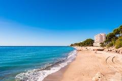 在迈阿密Platja,塔拉贡纳, Catalunya,西班牙铺沙海滩 复制文本的空间 库存照片
