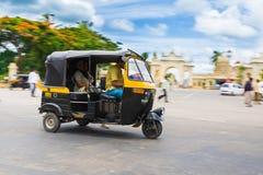 在迈索尔宫殿前面的自动人力车 免版税库存图片