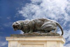 在迈索尔宫殿的一个剧烈古铜色老虎雕塑 库存图片