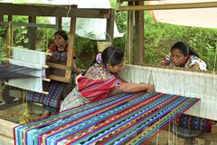 在运作危地马拉印地安妇女的织布厂 免版税库存图片