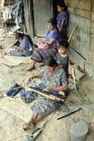 在运作危地马拉妇女的传统手摇纺织机 免版税图库摄影