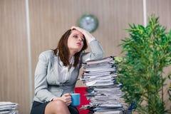 在运作在办公室的重音下的女实业家 库存照片