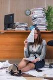 在运作在办公室的重音下的女实业家 免版税库存图片