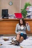 在运作在办公室的重音下的女实业家 免版税库存照片