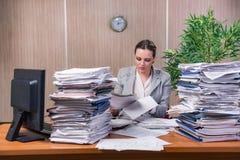 在运作在办公室的重音下的女实业家 库存图片