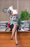 在运作在办公室的重音下的女实业家 免版税图库摄影