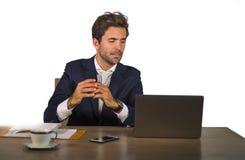 在运作在白色背景的公司公司办公计算机书桌的衣服的年轻可爱和确信的商人 库存图片