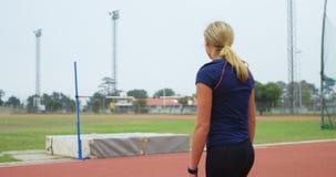 在运动会比赛地点4k的女性看的跳高酒吧 股票视频
