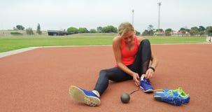 在运动会比赛地点4k的女运动员佩带的运动鞋 股票视频
