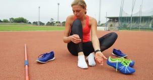 在运动会比赛地点4k的女运动员佩带的鞋子 股票录像