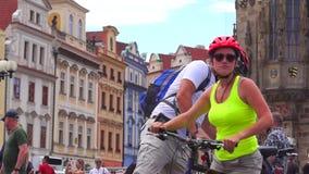 在运动器材的年轻家庭乘自行车在布拉格的中心旅行 股票视频