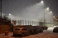 在运动场上的强的降雪 免版税库存图片