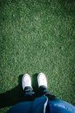 在运动场与两双鞋子,个人p的人为草皮草 免版税图库摄影